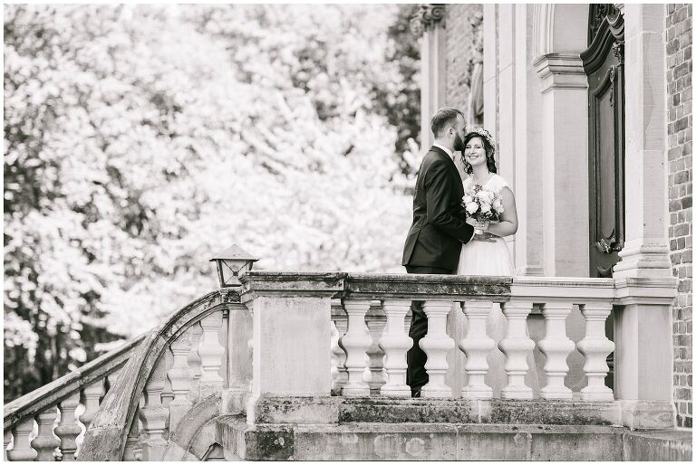 Braut und Bräutigam auf einem Balkon