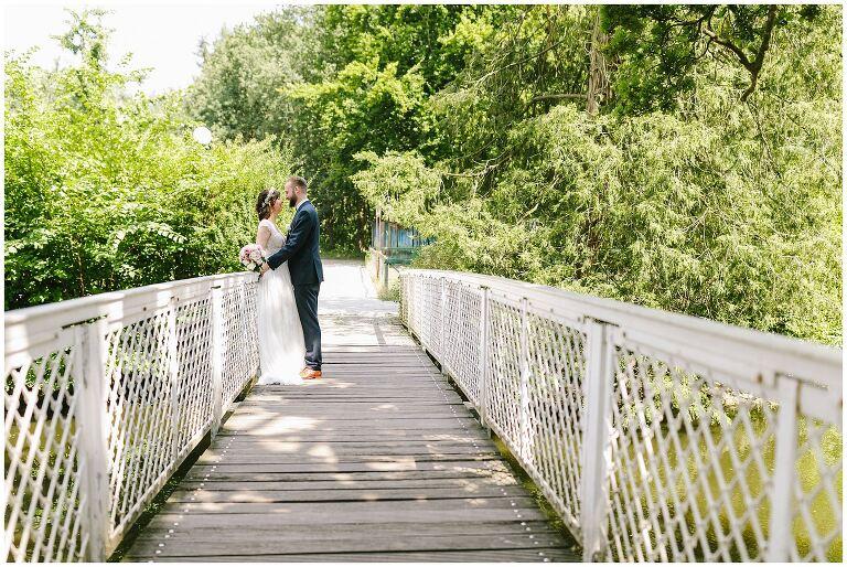 Braut und Bräutigam auf einer Brücke