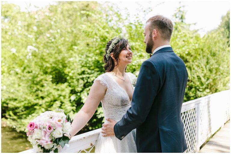 Braut strahlt ihren Bräutigam an