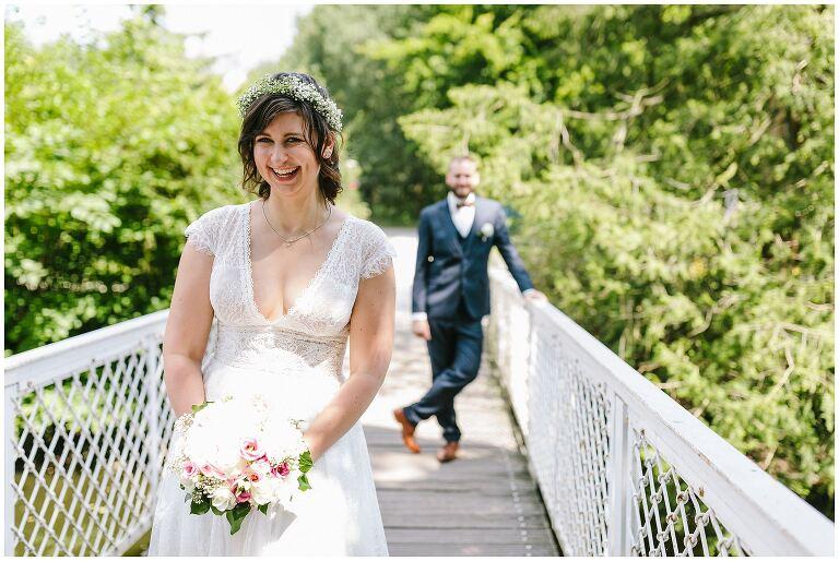 Braut lacht herzlich in die Kamera