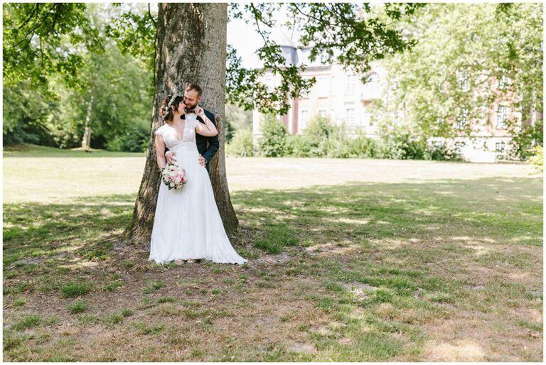 Braut und Bräutigam vor einem Baum