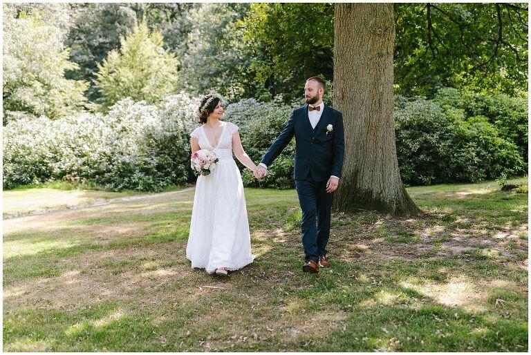 Braut und Bräutigam Hand in Hand