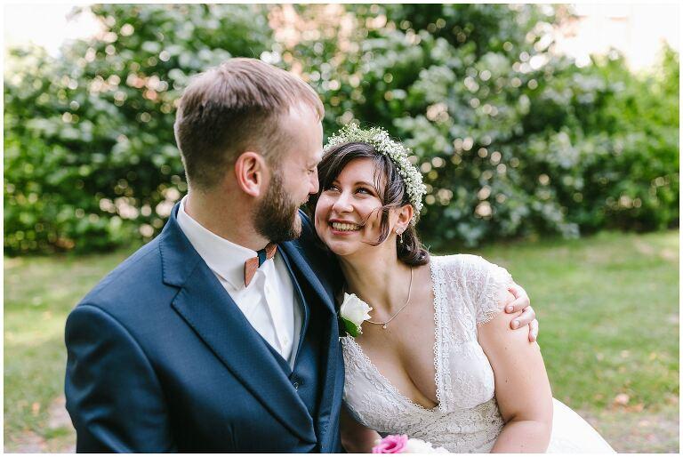 Braut liegt im Arm von Ihrem Bräutigam