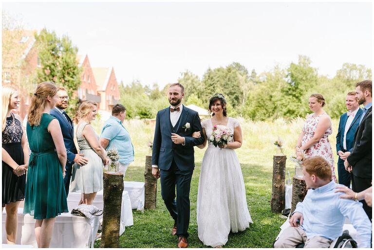 Einzug des Brautpaares zur Freien Trauung im Beverland
