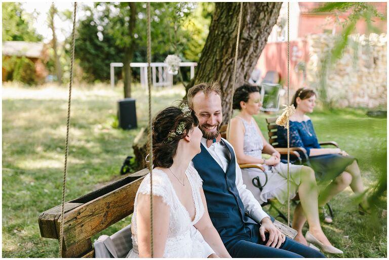 Bräutigam schaut verliebt zu seiner Braut