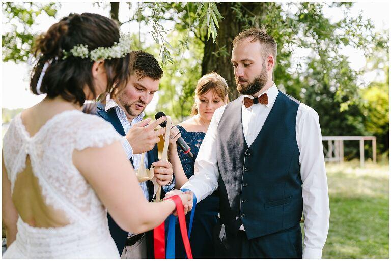 Brautpaar wird mit Bändern verbunden