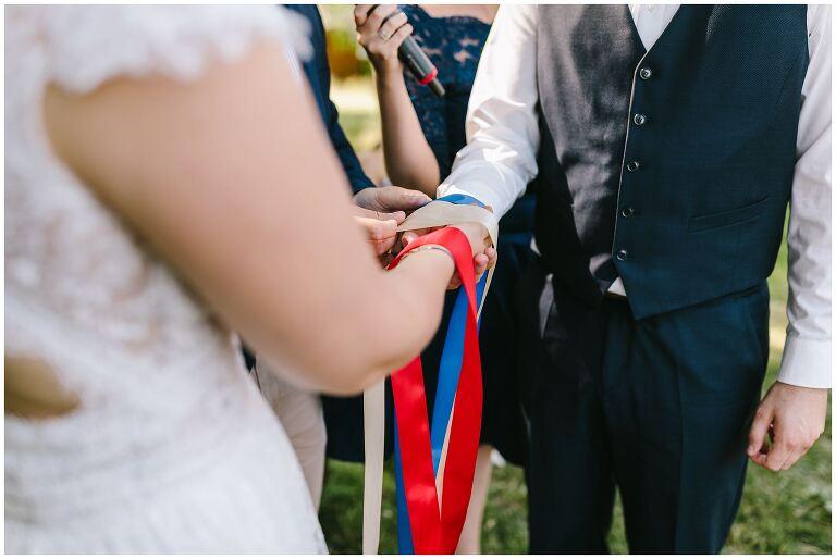 Nahaufnahme des verbundenen Brautpaares