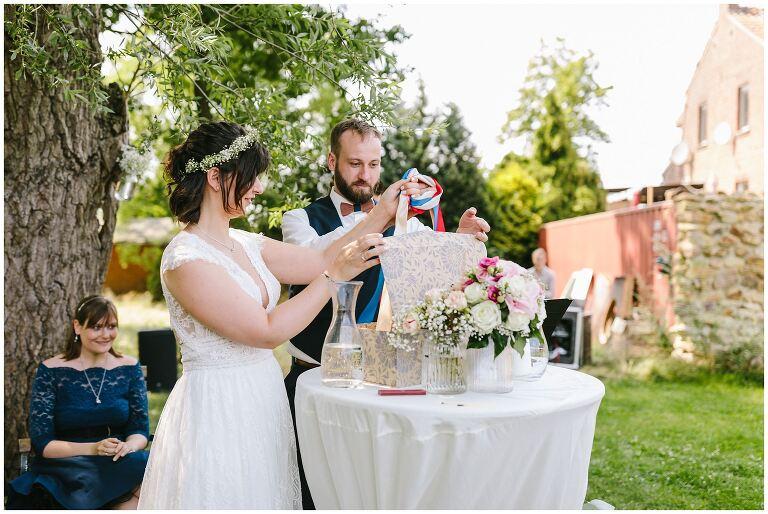 Braut und Bräutigam mit Geschenkekiste