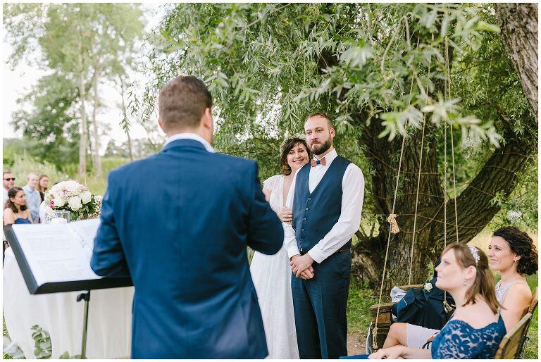 Trauredner spricht zum Brautpaar