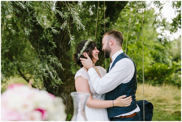 Brautpaar küsst sich während einer Freien Trauung im Beverland