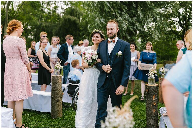 Brautpaar verlässt die Freie Trauung