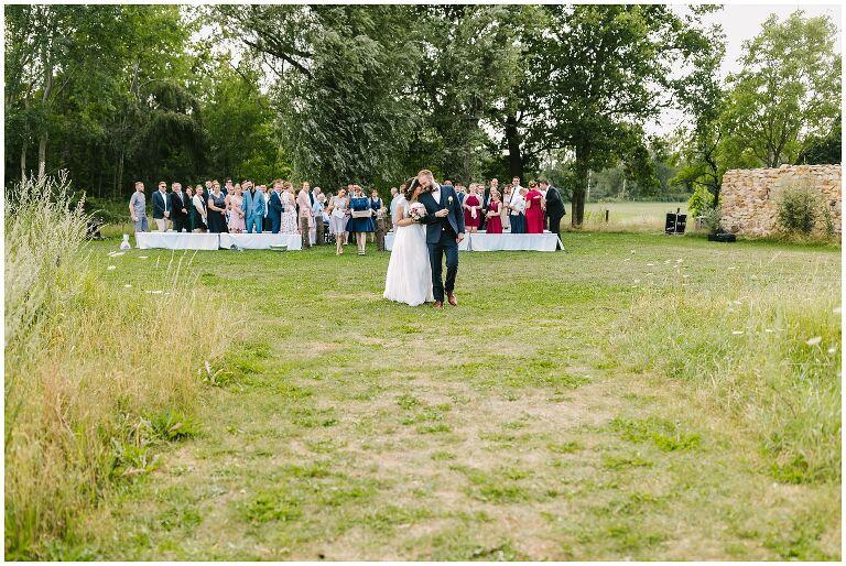 Brautpaar glücklich nach der Trauung im Beverland