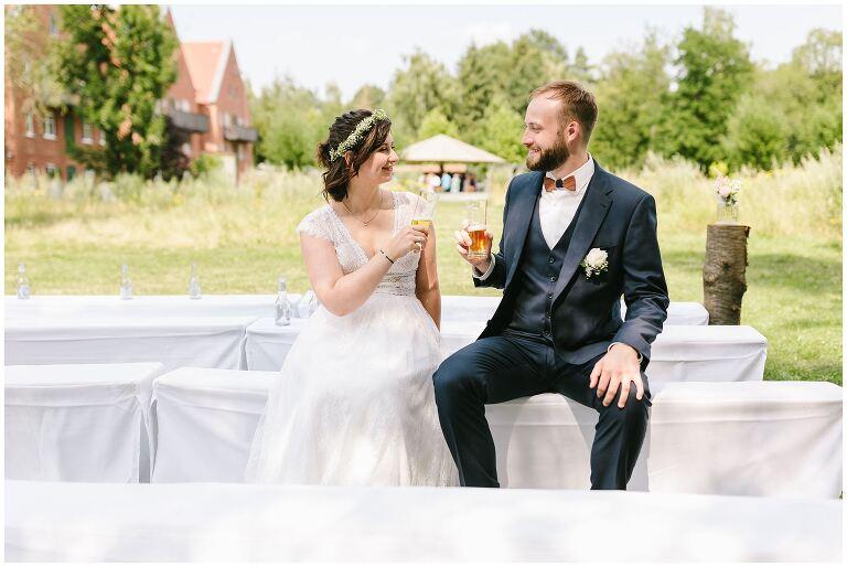 Brautpaar mit zwei Biergläsern