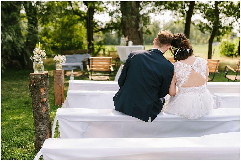 Brautpaar innig am Ort der Freien Trauung im Beverland
