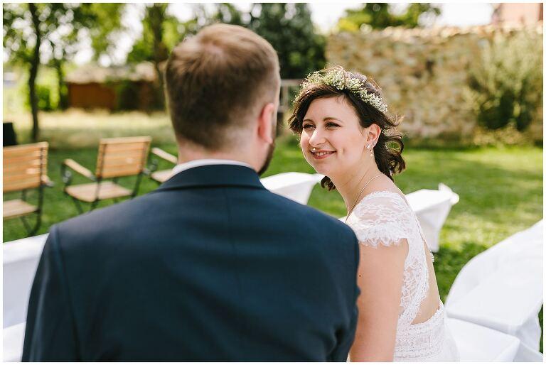 Braut strahlt glücklich zum Bräutigam