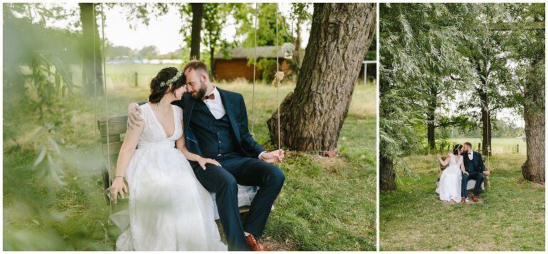 Brautpaar auf einer Schaukel im Beverland Resort
