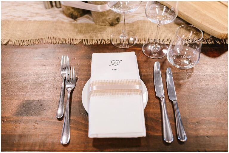 Eingedeckter Tisch für eine Hochzeit im Beverland