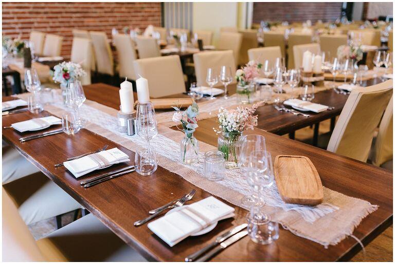 Eingedeckte Tische für eine Hochzeit