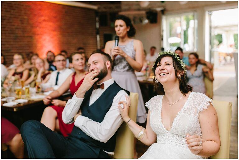 Braut lacht während eines Hochzeitsspiels