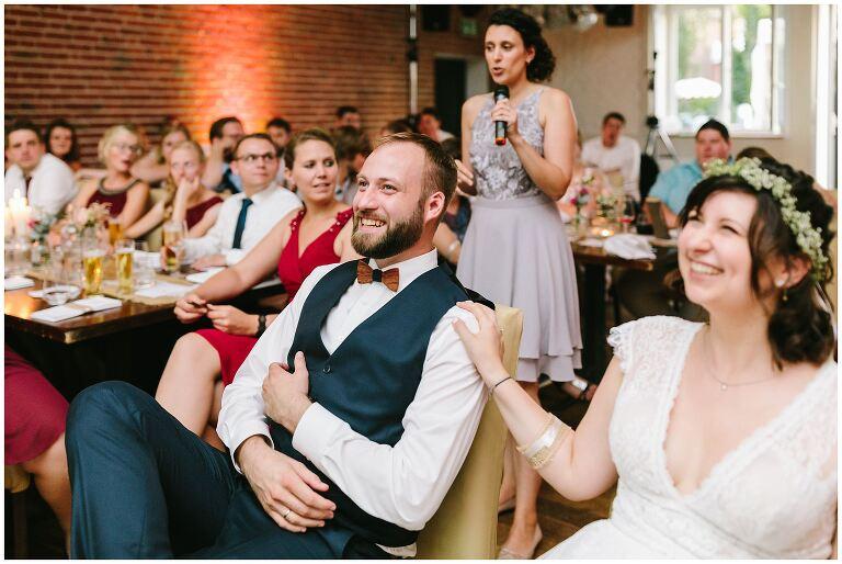 Bräutigam hat Spaß während eines Spiels