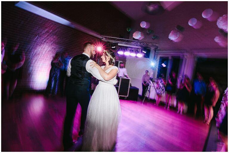 Brautpaar tanzt den Eröffnungstanz im Beverland