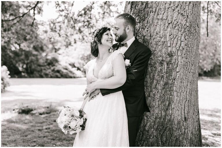 Braut im Arm vom Bräutigam