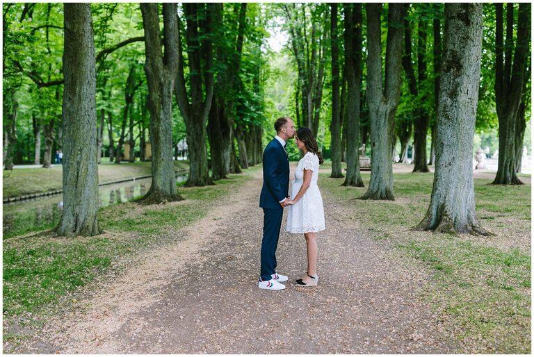 Bräutigam küsst braut auf die Stirn im Schlosspark Nordkirchen