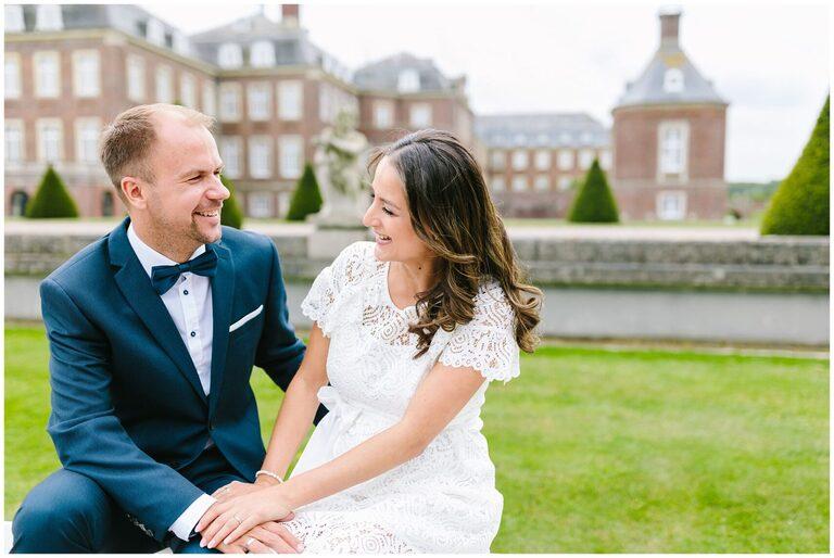 Braut und Bräutigam lachen gemeinsam
