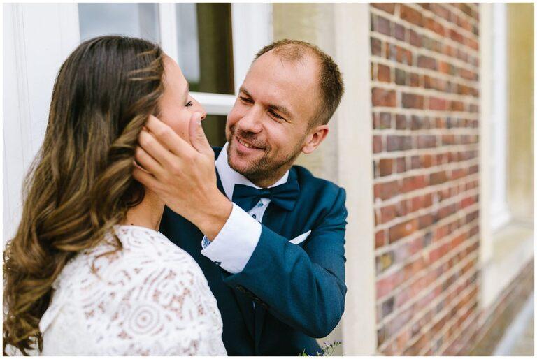 Bräutigam schaut Braut verliebt an