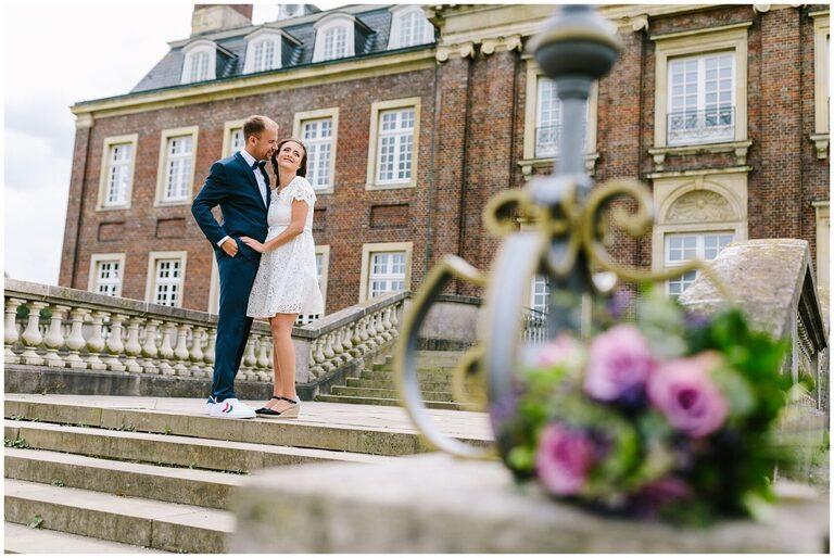 Brautpaar vor dem Schloss Nordkirchen küsst sich