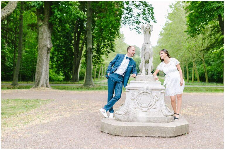 Brautpaar vor einer Skulptur im Schlosspark Nordkirchen