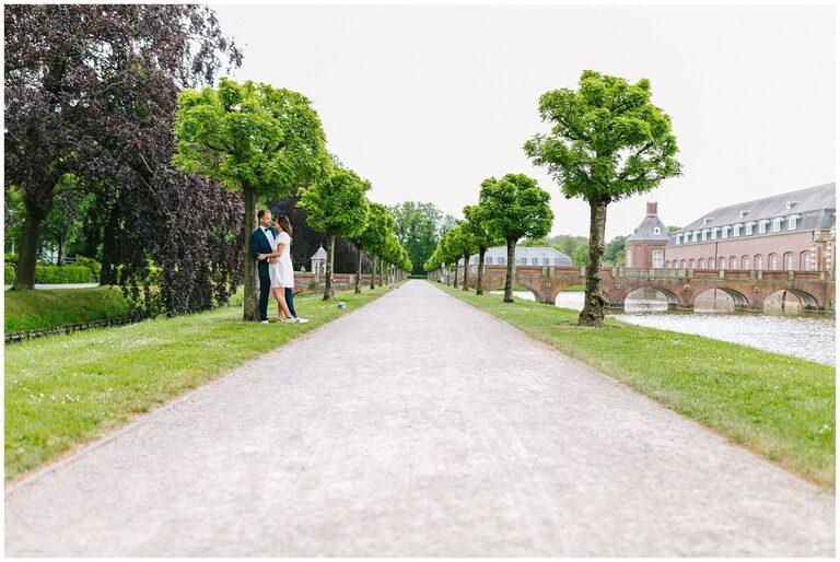 Brautpaar auf dem Weg schaut sich an