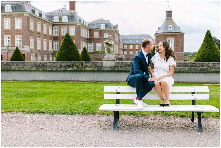 Brautpaar auf einer Bank im Schlosspark