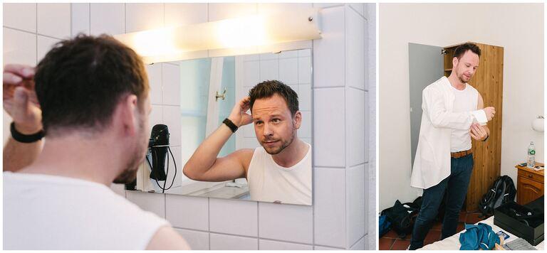 Bräutigam frisiert sich vor dem Spiegel