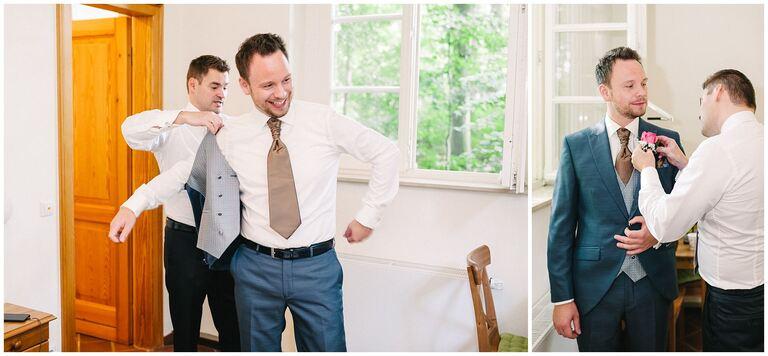 Trauzeuge hilft Bräutigam in den Anzug