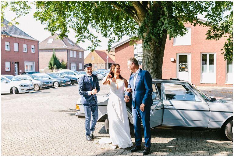 Braut wird von Ihrem Vater zur Kirche gebracht