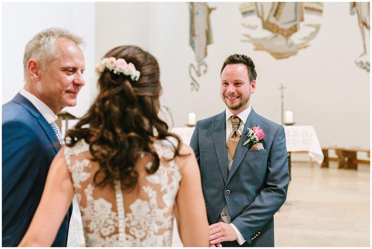 Braut wird vom Vater an den Bräutigam übergeben