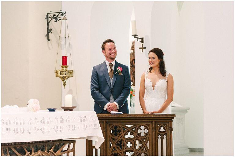Braut und Bräutigam strahlen