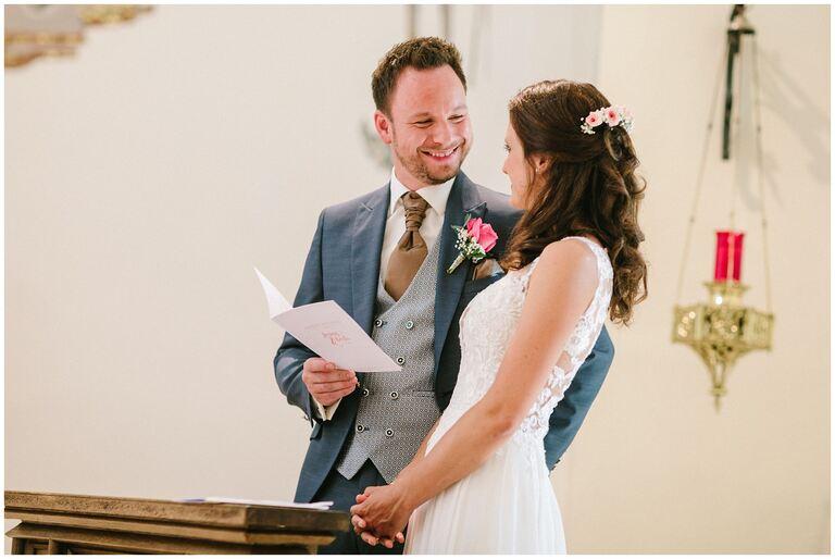 Bräutigam schaut seine Braut verliebt in der Kirche an