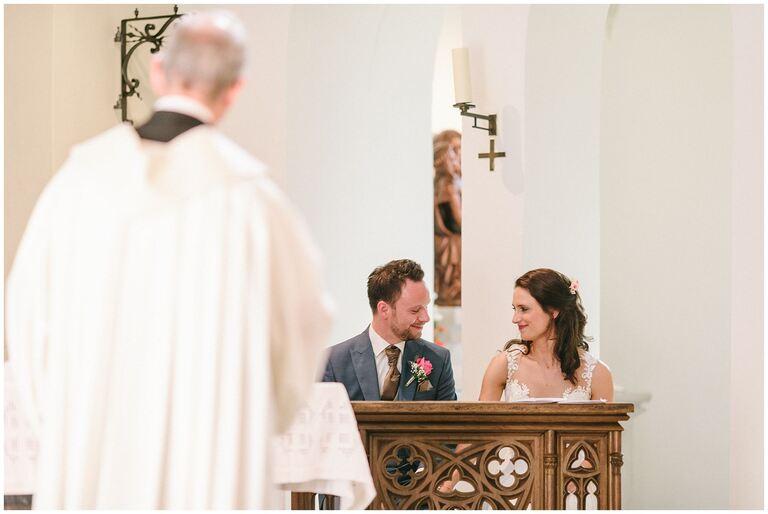 Braut und Bräutigam schauen sich glücklich in die Augen