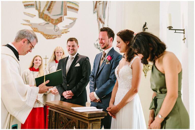 Braut und Bräutigam während der Trauung durch einen Pfarrer