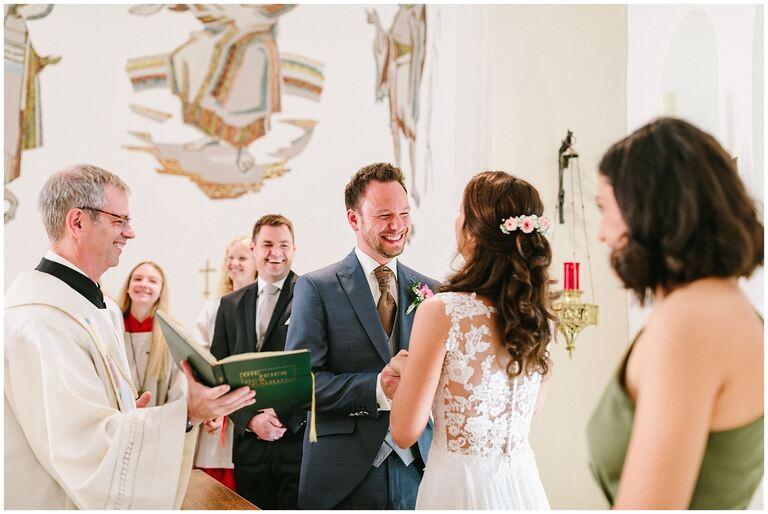 Bräutigam gibt seinen Braut das Eheversprechen