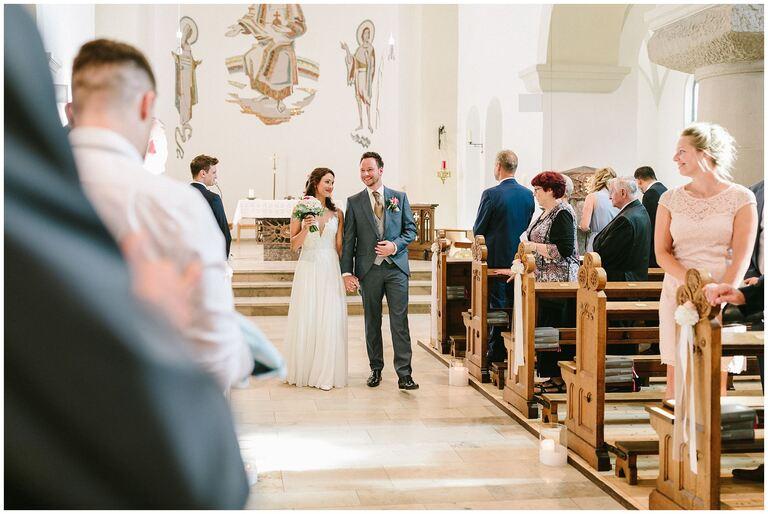 Brautpaar zieht aus der Kirche aus