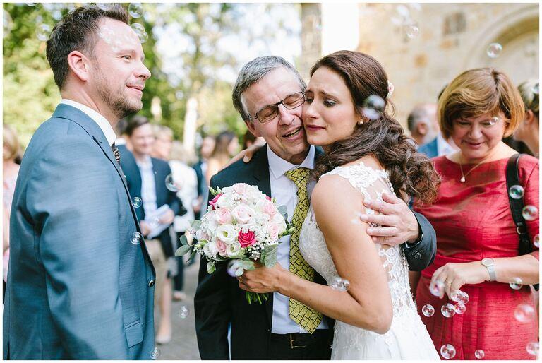 Brautpaar erhält Glückwünsche