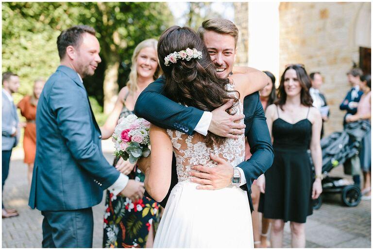 Brautpaar wird von Gästen beglückwünscht