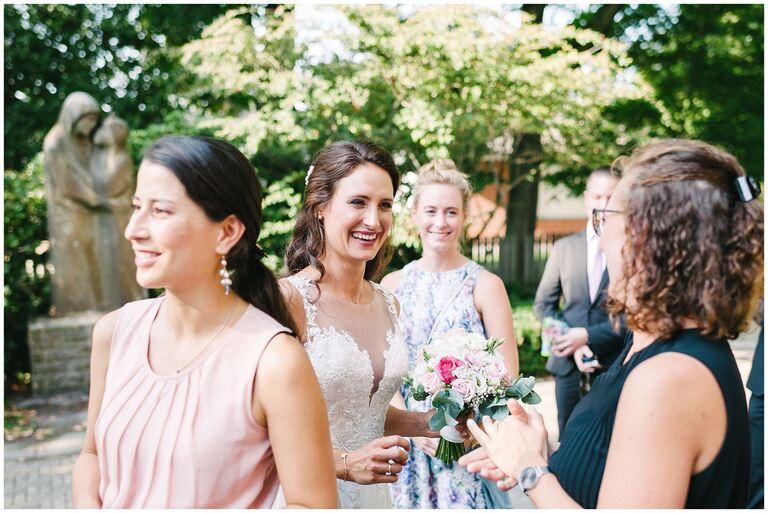 Braut nimmt glücklich die Gratulationen entgegen