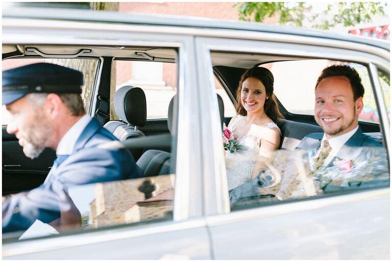 Brautpaar im Auto verlässt die Kirche