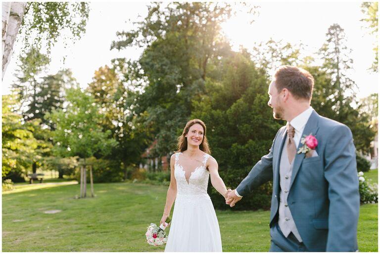 Braut schaut im Salinenpark Rheine den Bräutigam verliebt an