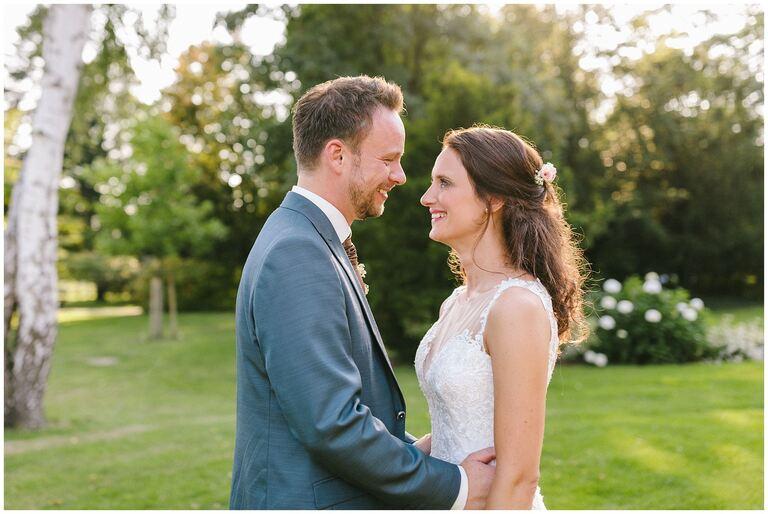 Braut und Bräutigam schauen sich in die Augen im Salinenpark Rheine
