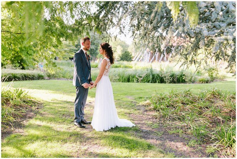 Braut und Bräutigam unter einem Baum